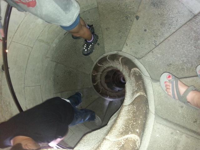 ירידה במדרגות מהמגדל